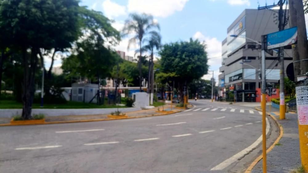 Praça Nicola Vivilechio, no centro, com quase nenhum movimento