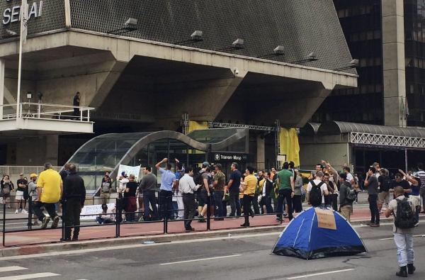 Torcedores buscam telões para assistir ao jogo do Brasil em SP