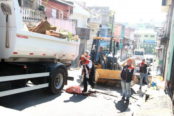 Operação Verão retira 1.100 toneladas de móveis e objetos velhos das ruas de Taboão da Serra