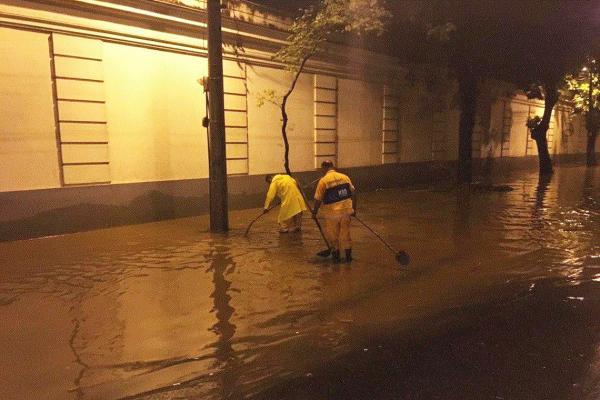 Forte chuva atinge Rio de Janeiro e alaga vários pontos da cidade