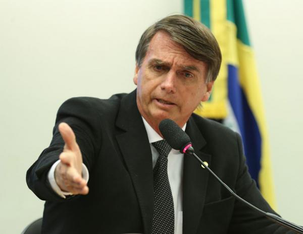 Presidente Bolsonaro quer combater à poluição no mar com tubarão-baleia