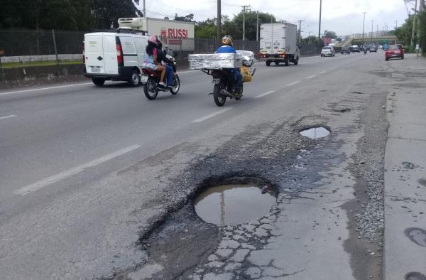 Buracos na BR-116 podem causar acidentes graves em Taboão da Serra