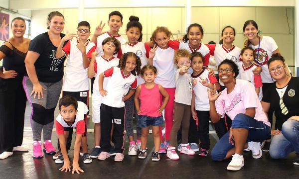 Prefeitura de Taboão da Serra oferece oficinas de dança e teatro para alunos com deficiência auditiva
