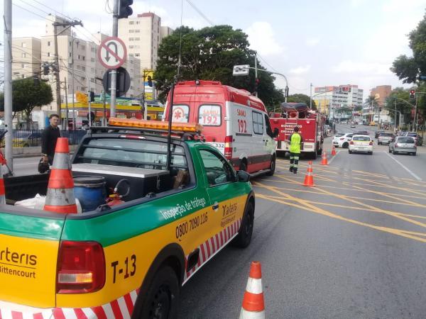 Motoqueiro atropela idosa no centro de Taboão da Serra