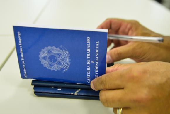 País cria 173 mil empregos com carteira assinada, maior resultado para fevereiro desde 2014