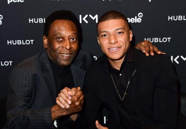 Pelé passa mal e é internado na França com infecção urinária