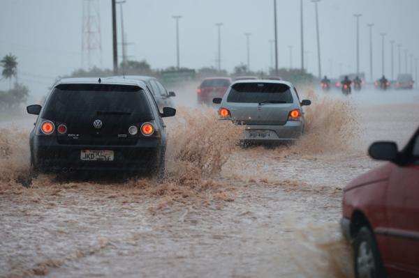 Chuva forte que caiu no final na tarde deste sábado 6, faz córrego transbordar na capital paulista