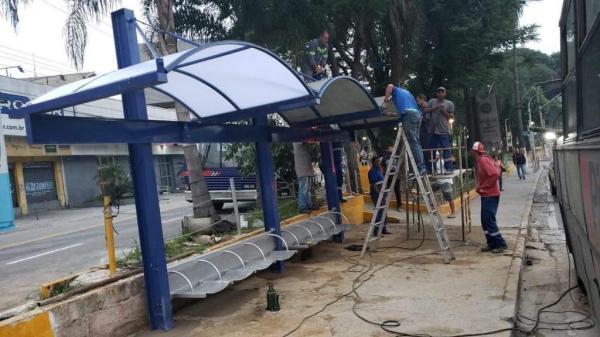 Ponto de ônibus no centro de Taboão da Serra é trocado