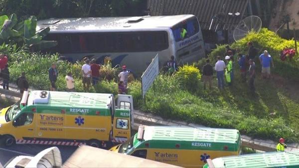 Ônibus cai em ribanceira após colidir com caminhão na Rodovia Régis Bittencourt