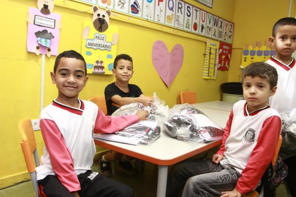 Taboão da Serra inicia entrega de uniformes para alunos da rede municipal