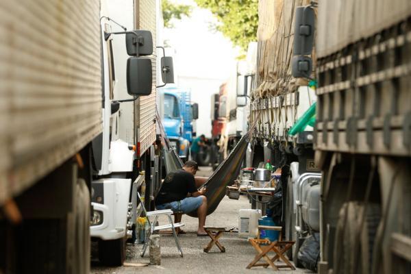 Após reunião com governo, caminhoneiros descartam paralisação