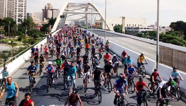 Passeio ciclístico reúne centenas de ciclistas no Dia do Trabalhador em Osasco