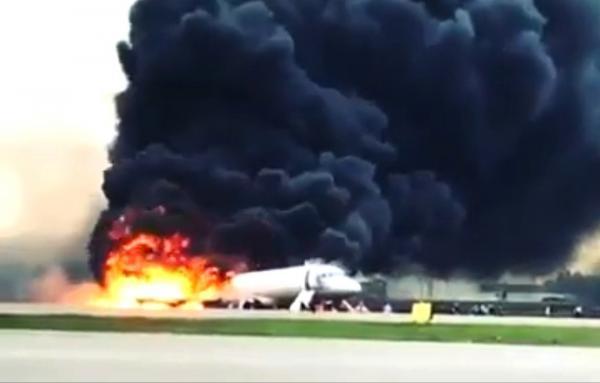 13 pessoas morrem em aterrissagem de avião em chamas