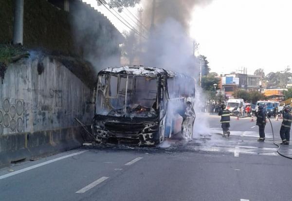 Incêndio atinge ônibus na Rodovia Raposo Tavares, entre Cotia e SP
