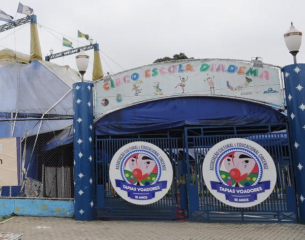 """Circo Escola Diadema recebe palhaça do """"Doutores da Alegria"""""""
