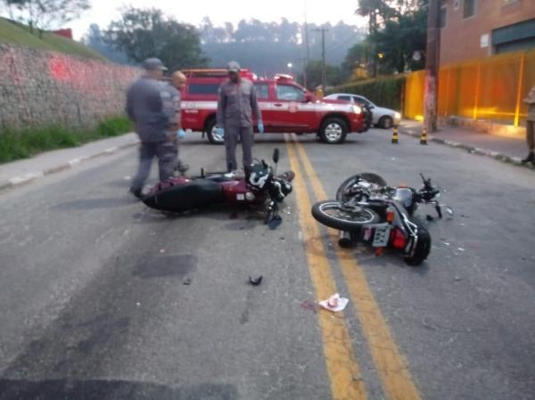 Acidente em Taboão da Serra com duas motos deixa ferido