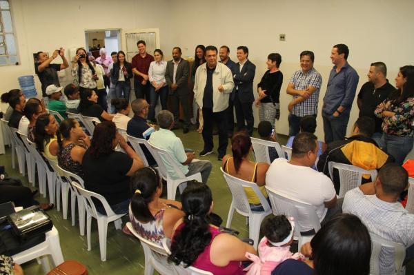 Fernando Fernandes entrega mais 50 escrituras para moradores em Taboão da Serra
