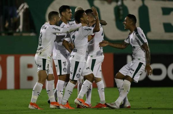 Palmeiras vence Chape fora e continua líder isolado do Brasileirão