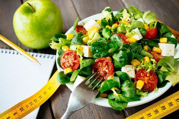 Mantenha uma dieta equilibrada e evite excessos de sal, gorduras, carnes vermelhas e doces; - Foto ilustrativa