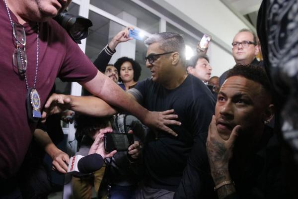 Depois de depor em delegacia, Neymar agradece carinho dos fãs