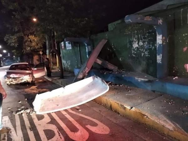 Carro bate em Taboão da Serra e destrói ponto de ônibus