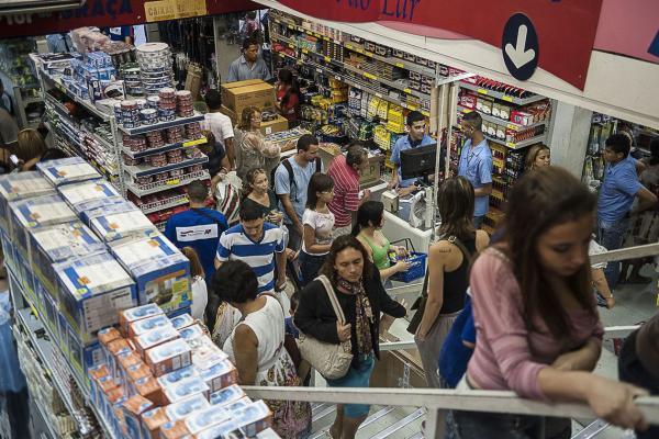 Comércio varejista recua 0,6% de março para abril, diz IBGE