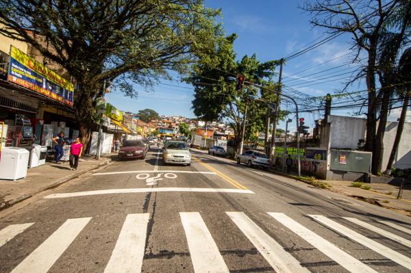 Taboão: Estrada Kizaemon Takeuti conta com faixa de retenção para motociclistas