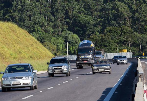 Jogar lixo na rodovia é ilegal, coloca a vida de pessoas em risco e pode causar multa