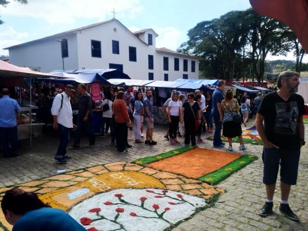 Veja fotos dos tapetes de Corpus Christi em Taboão da Serra, Embu e Itapecerica