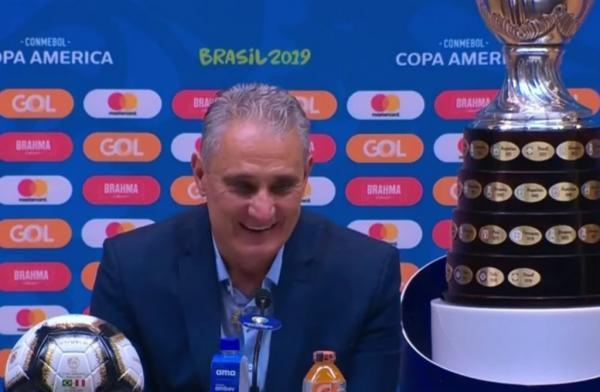Tite celebra vitória no Maracanã: templo maior do futebol