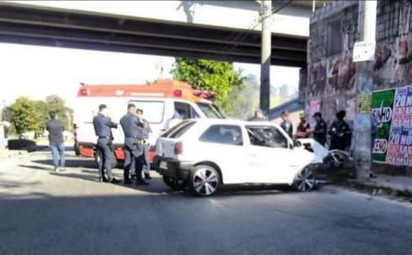 Taboão da Serra: acidente grave após carro colidir contra poste