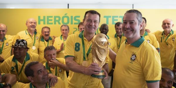 Campeões da Copa do Mundo de 1994 são homenageados na Granja Comary