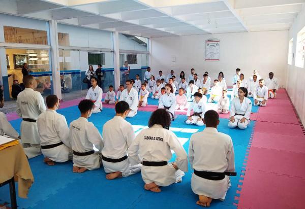 Taboão da Serra : Secretaria de Esportes realizou entrega de 68 faixas para os alunos de karatê