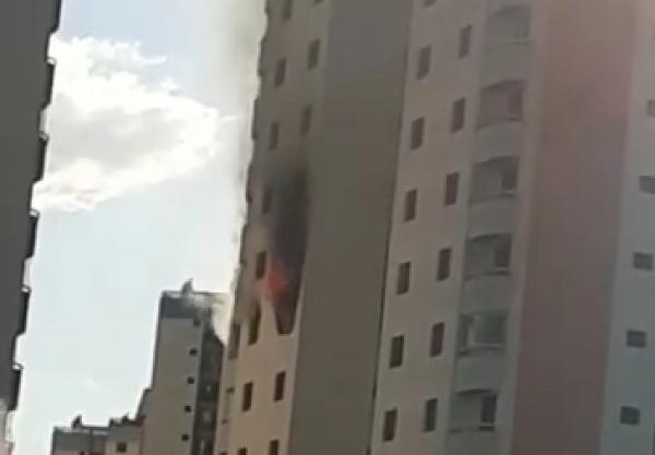 Taboão da Serra SP : incêndio atinge apartamento do condomínio Cerejeiras 2