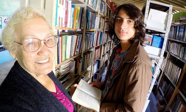 Itanhaém: senhora de 82 anos monta biblioteca na garagem de casa
