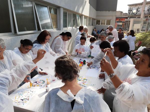 Barueri SP : Oficina de pintura estimula idosos da UBS do Parque Viana