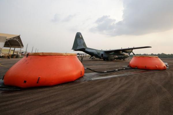 Abastecimento com água da Aeronave Hércules C-130 da Força Aérea Brasileira no combate a focos de incêndio na Amazônia. Foto: Isac Nóbrega/PR