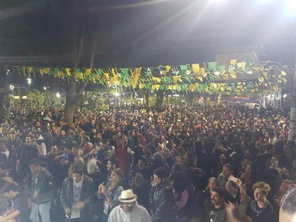Festival de Rock reúne 2 mil pessoas no centro de Embu das Artes
