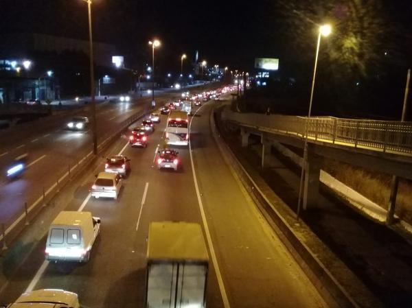 Protesto dificultou trânsito na BR-116 em Taboão e Embu na noite desta terça