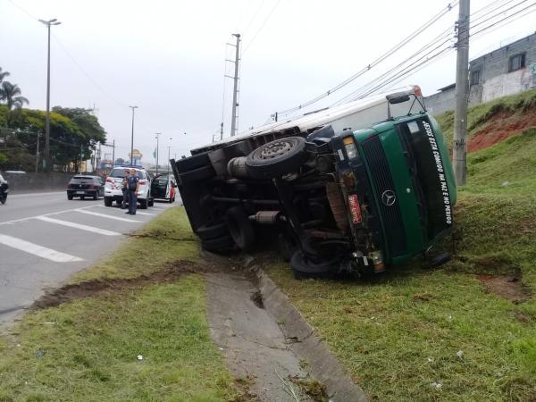 Taboão da Serra: caminhão tomba no acostamento da BR-116