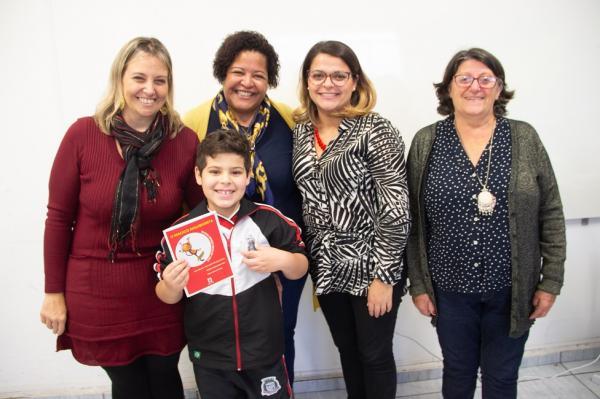 Aluno autista de EMEF de Taboão da Serra escreve livro