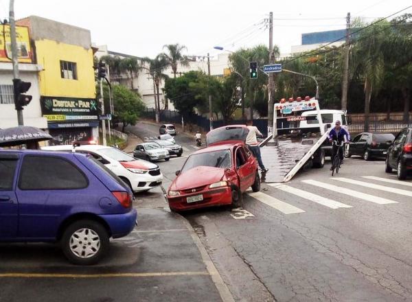 Acidente entre carro e ônibus em Taboão da Serra