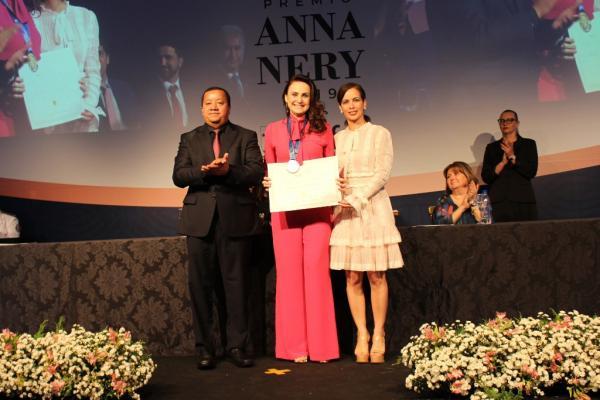 Analice Fernandes recebe Prêmio Anna Nery do Conselho Federal de Enfermagem