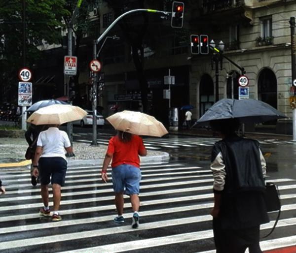 São Paulo SP : Queda árvores e desabamento de passarela nesta noite na capital