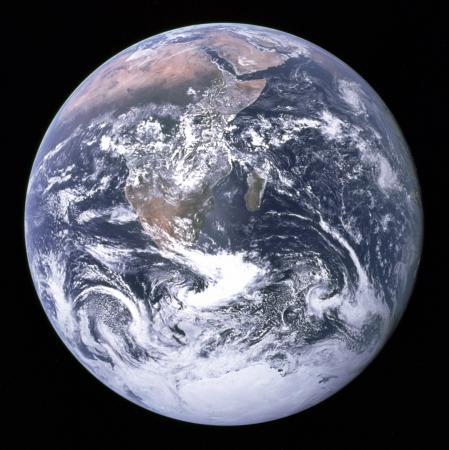 Lua de Saturno tem geologia muito parecida com terra - Foto da Terra: divulgação