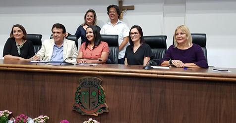 Lei que facilita o apadrinhamento de crianças que moram no abrigo de Taboão da Serra é promulgada