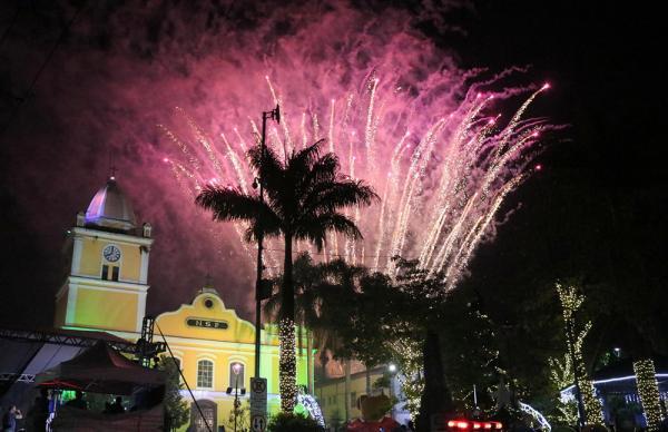A chegada de ano novo foi marcada pelo espetáculo de luzes coloridas no céu da cidade - Foto: PMIS