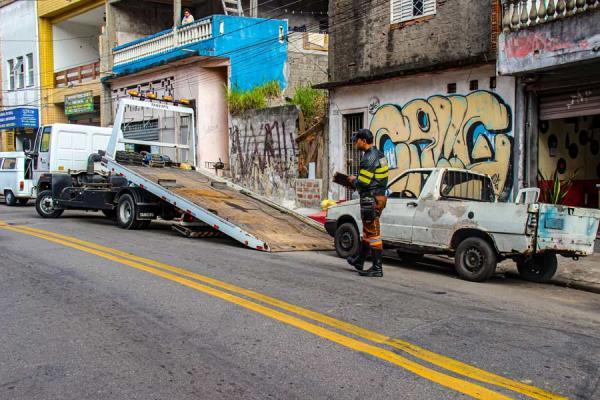 Veículos abandonados em ruas de Taboão da Serra são recolhidos