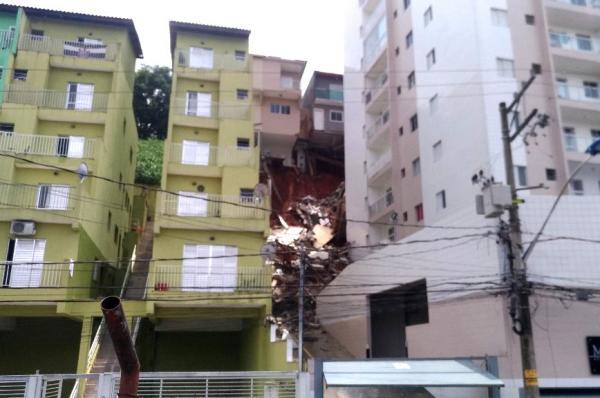 Taboão da Serra: seis casas são demolidas após deslizamento