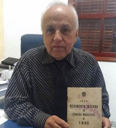 Ibraim guarda com carinho livro do primeiro regimento interno da Câmara Municipal de Embu das Artes. Foto: Charles Eliseu/Jornal SP Repórter News
